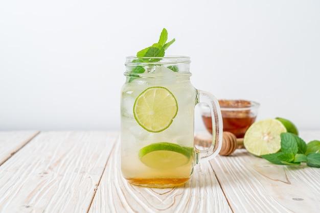 Ледяной мед и лимонная содовая с мятой - освежающий напиток
