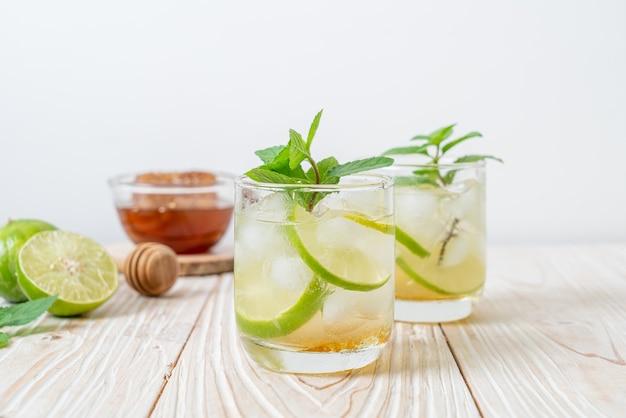 Ледяной мед и лаймовая содовая с мятой - освежающий напиток