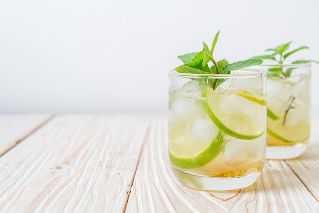 Ледяной мед и лаймовая содовая с мятой - освежающий напиток Premium Фотографии