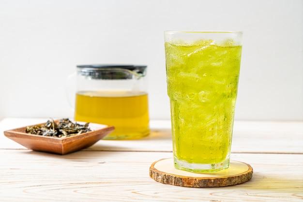 木の上の氷の日本の緑茶