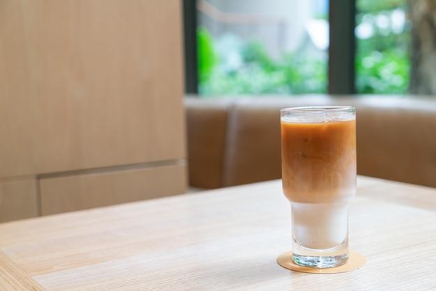 コーヒーショップのカフェやレストランでアイスラテコーヒーグラス