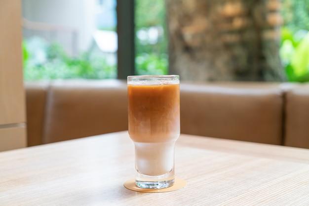 Стакан кофе со льдом латте в кафе и ресторане