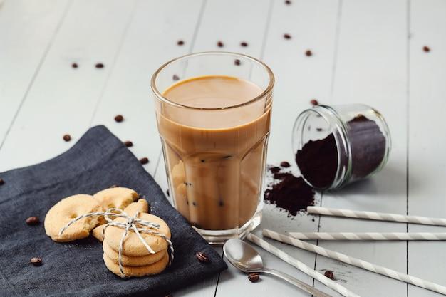 Caffè latte ghiacciato. concetto di colazione del mattino