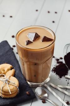 아이스 라떼 커피. 아침 조식 개념
