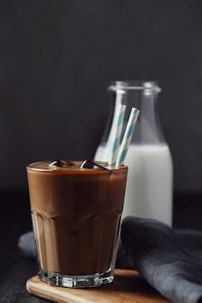 Замороженный кофе латте. концепция утреннего завтрака