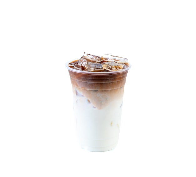 孤立した白い背景の上のアイスラテコーヒー。ミルクとコーヒーを含む飲料