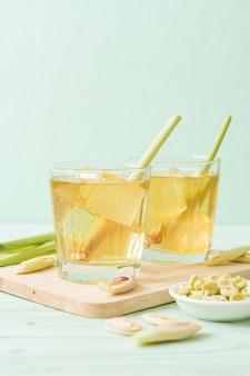 木の板にアイスレモングラスジュース