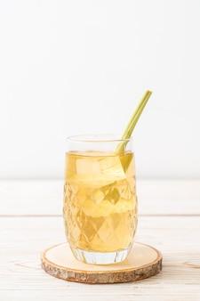 木の上のアイスレモングラスジュース
