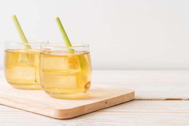 木製のテーブルにアイスレモングラスジュース