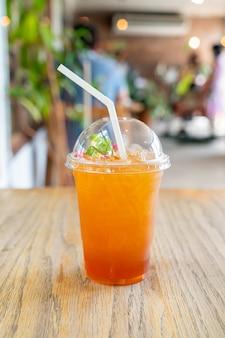Стакан холодного чая с лимоном в кафе и ресторане