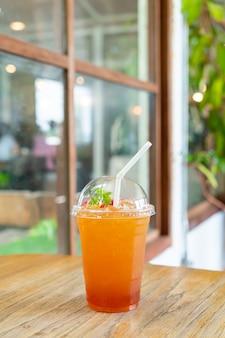 커피 숍 카페와 레스토랑에서 아이스 레몬 티 유리