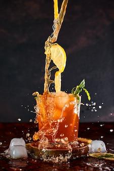 Замороженный лимонный чай в концепции движения.
