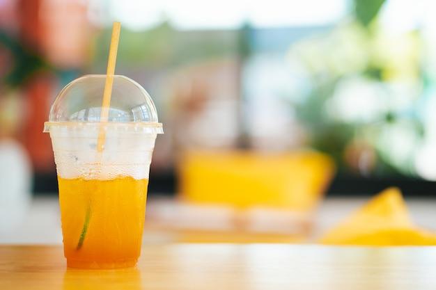 コーヒーショップでプラスチックのマグカップでアイスレモンティー