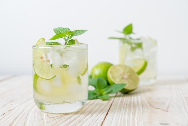 Ледяной газированный напиток с лаймом и мятой - освежающий напиток
