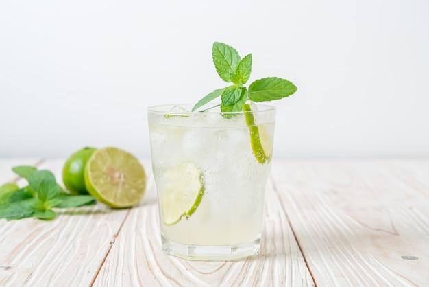 Ледяной содовой с лаймом и мятой - освежающий напиток