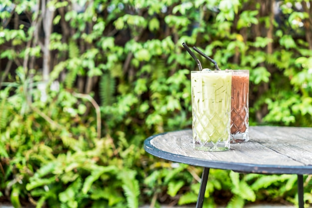 テーブルの上のアイス抹茶グリーンティーとチョコレートグラス