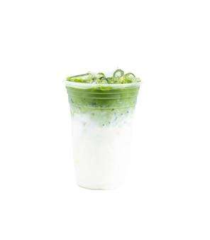 Замороженный латте зеленого чая маття, изолированные на белом фоне.