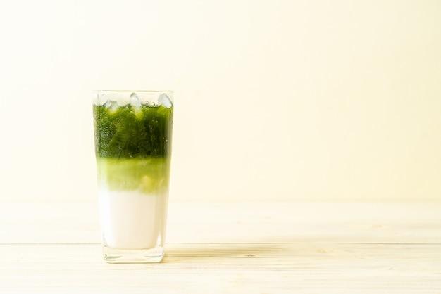 Холодный зеленый чай матча латте с молоком