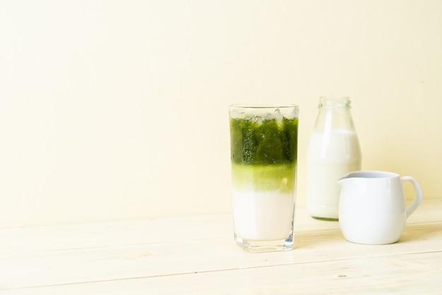 Зеленый чай матча латте со льдом