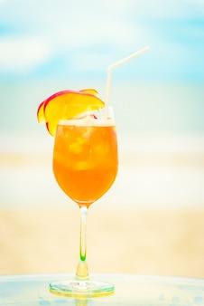 Bicchiere di mocktails ghiacciati sulla spiaggia