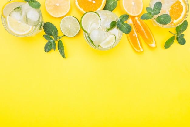 Летний напиток со льдом на желтом фоне