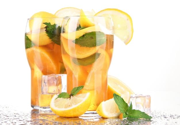 Холодный чай с лимоном и мятой на белом Premium Фотографии