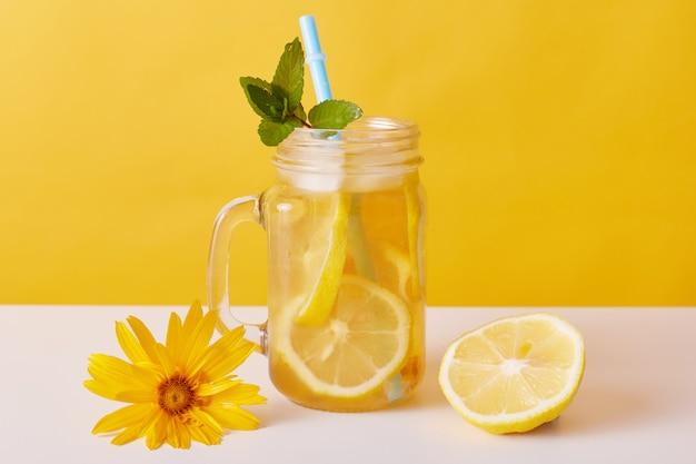 Холодный чай с дольками лимона и мятой