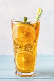 레몬 슬라이스와 민트 아이스 티