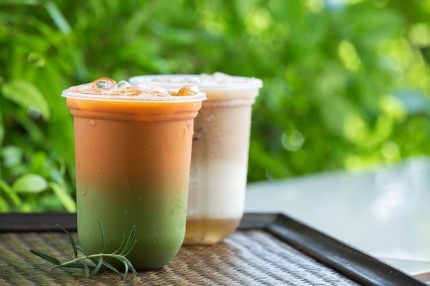 木の表面に緑茶と混ぜたアイスタイティー