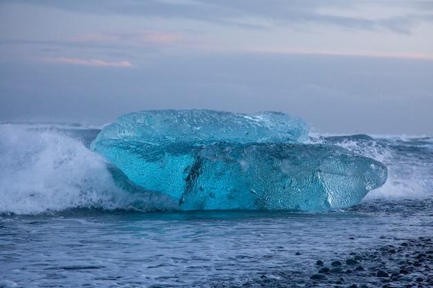 アイスランド、ダイヤモンドビーチ-2018年1月4日氷のあるアイスランドの有名なビーチはダイヤモンドのように見えます