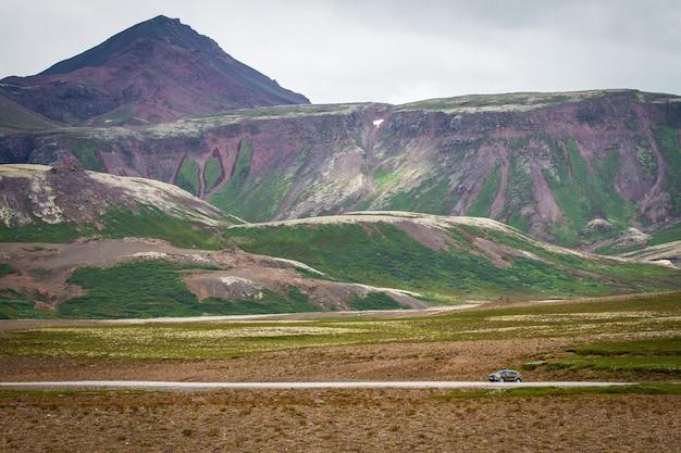 アイスランドの緑の風景アイスランド美しい自然の背景