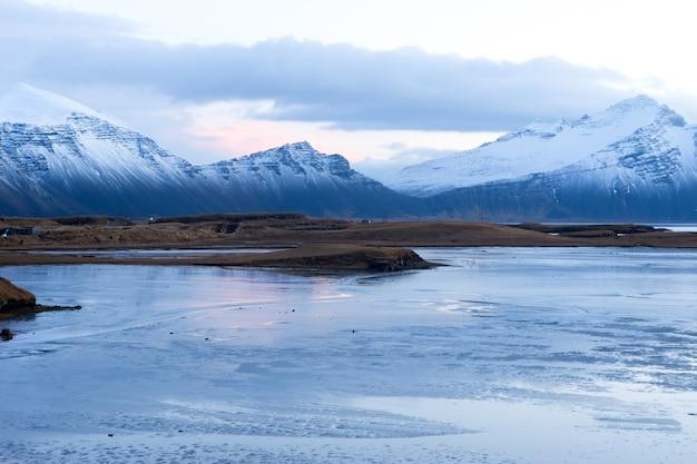 Исландия хофн, январь 2017 г. исландские горы. эта гора находилась недалеко от окончания массивного ледника в исландии. гора покрыта снегом.