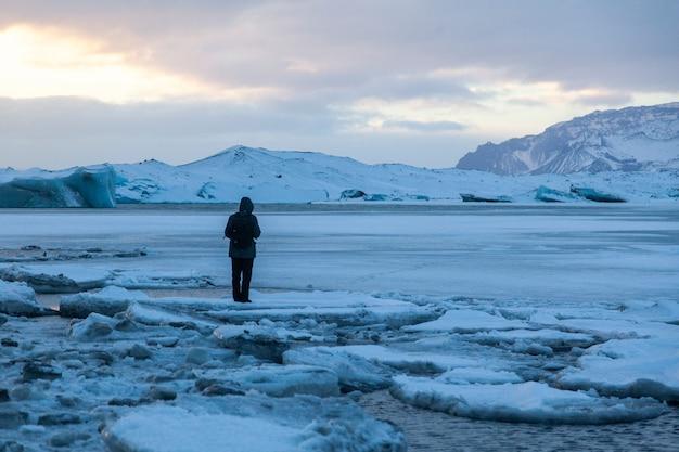 アイスランド、氷山が浮かんでいます。氷と火山灰。氷河ラグーン。溶けている氷。南海岸アイスランド。ヨークルスアゥルロゥンラグーン