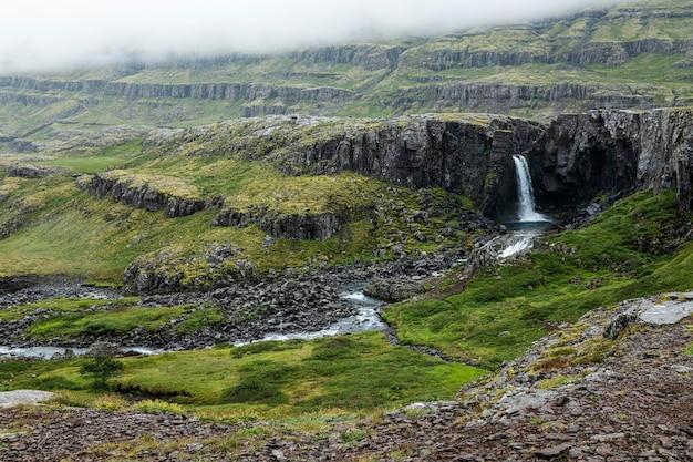 Paesaggio islandese di una bellissima cascata
