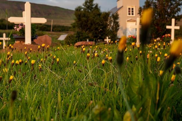 美しい教会のアイスランドの風景