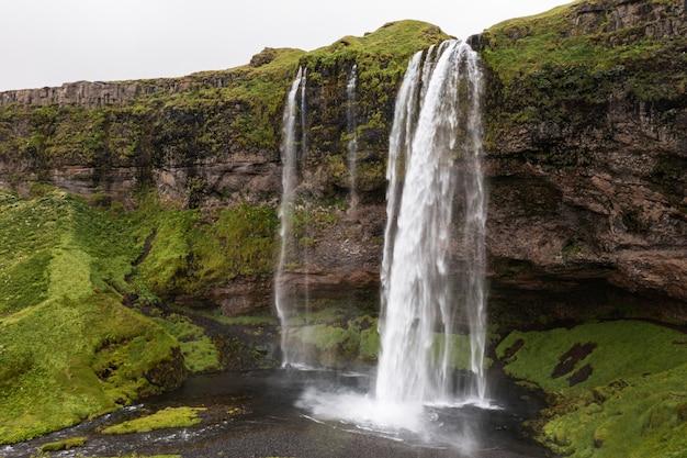 Исландский пейзаж красивого водопада