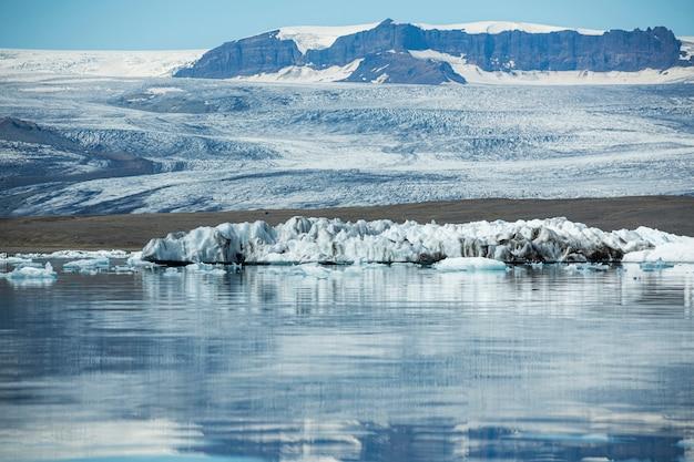 美しい水景のアイスランドの風景