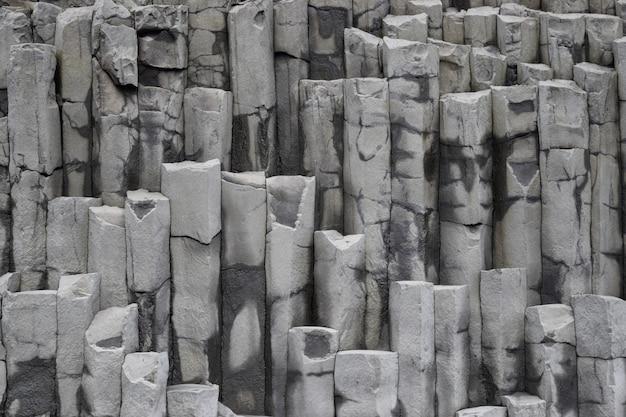 Parete rocciosa islandese a vik, islanda