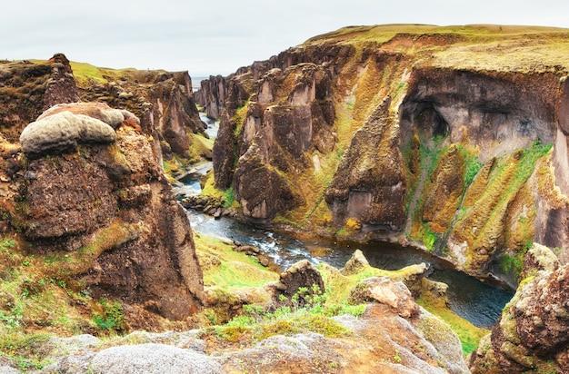 アイスランド。ロッキー山脈とそれらの間の川