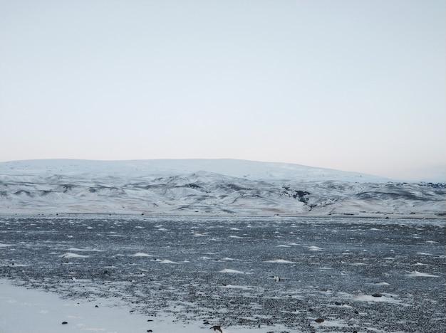 Невероятные поля и равнины исландии зимой. земля покрыта снегом. большие пространства. красота зимней природы.