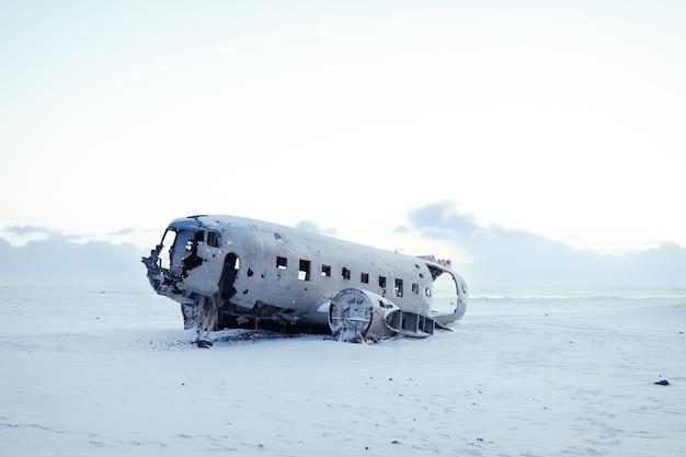 Туристическая достопримечательность южного побережья исландии. самолет сольхеймасандур разбился на пляже с черным песком