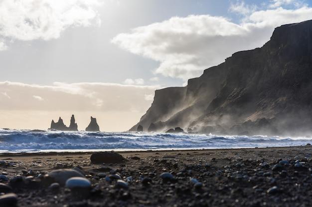 アイスランド、波と岩とヴィックブラックビーチ