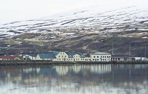 필드에 산에서 아이슬란드 마을 도시