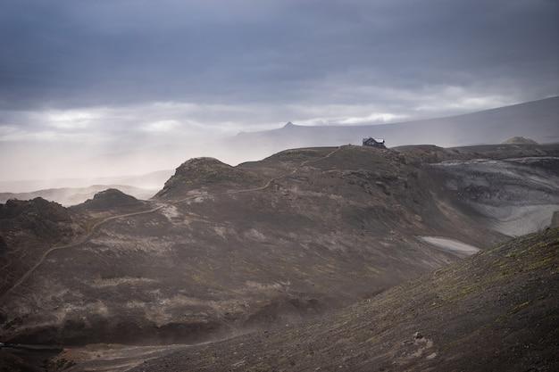 Исландская хижина на вулканическом ландшафте с захватывающим видом на пешеходную тропу фиммвордухальс. исландия.