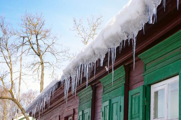 Сосульки свисают с крыши дома