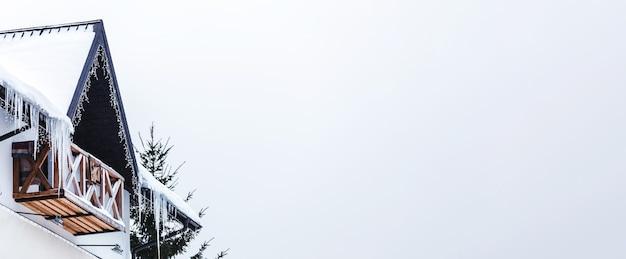 Сосульки на заснеженной крыше