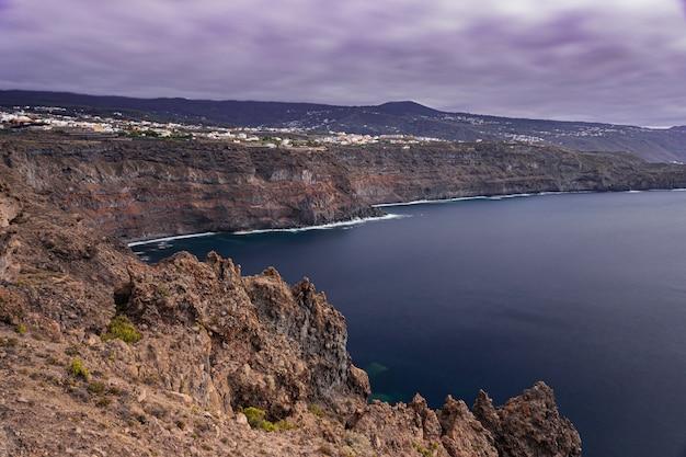 Icod de los vinos崖の風景、火山岩の海岸線、テネリフェ島、カナリア諸島、スペイン
