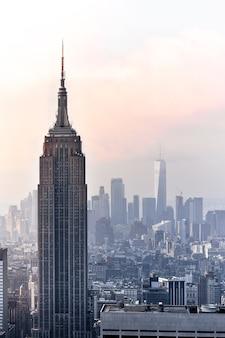 Знаменитый вид с воздуха на нью-йорк в солнечный день. солнечные лучи между небоскребами и пасмурный фон. концепция путешествия. нью-йорк, сша.