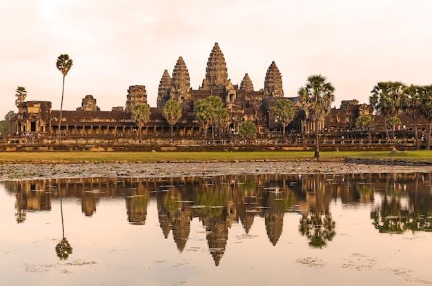 カンボジア、シェムリ アップの湖に映る象徴的なアンコール ワット。