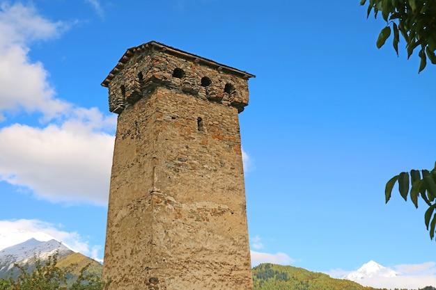 Знаменитая средневековая сванская башня, традиционное укрепленное жилище в местии, регион сванети, грузия
